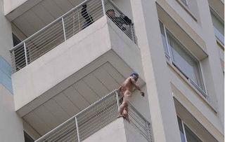 Thanh niên khỏa thân, đứng trên tầng 10 bệnh viện la hét đòi tự tử