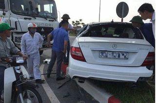 'Xế sang' Mercedes C300 AMG hư hỏng nặng khi va chạm với xe bồn
