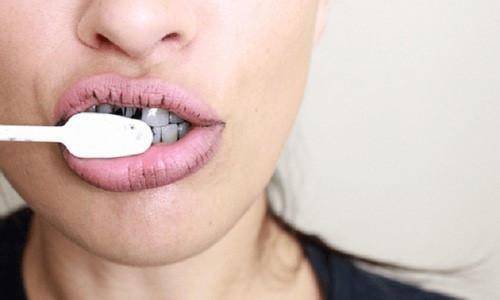 Lấy cao răng bằng bánh mì cháy, hàm răng trắng bóng đến không ngờ2