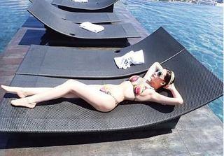 Lê Âu Ngân Anh mặc bikini khoe đường cong giữa nắng chói chang