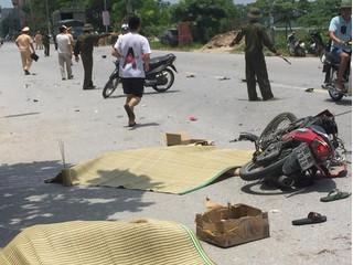 Chạy nhanh lại lấn làn, xe máy đối đầu xe tải khiến 2 người tử vong