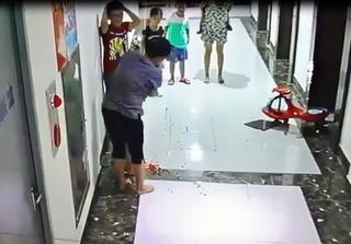 Clip:Bé trai bất ngờ bị gạch ốp tường chung cư rơi vào đầu chảy máu