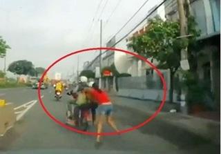 Nhóm trộm phóng xe máy kéo lê cô gái hơn 100m trên đường