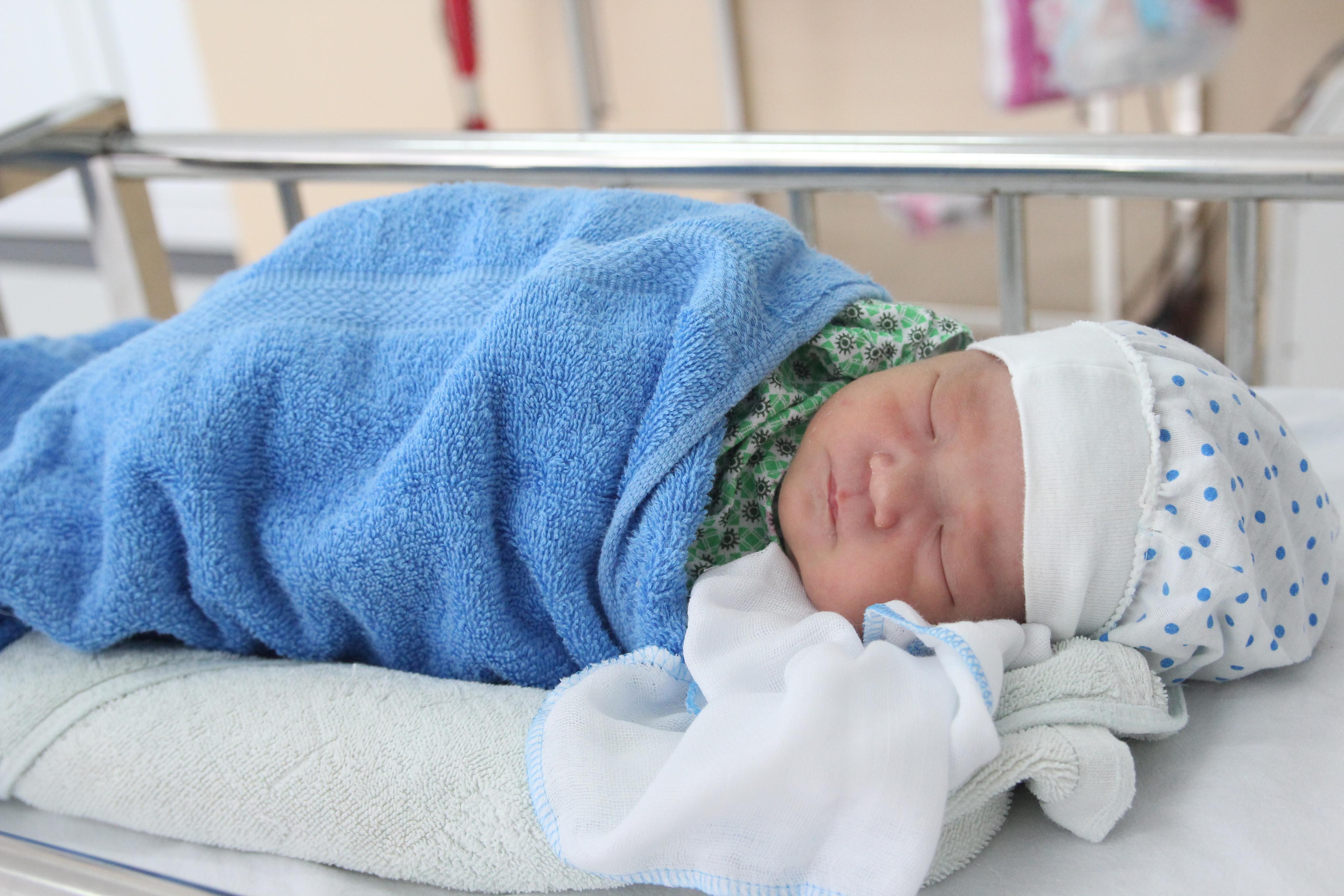 Hai bé sơ sinh bị mẹ ruột bỏ rơi, các bác sĩ thay nhau vắt sữa cho bú