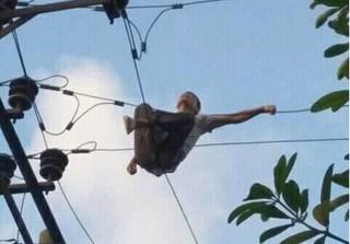 Nam Định: Người đàn ông leo trạm biến áp ngồi vắt vẻo, cả khu vực mất điện trong nhiều giờ
