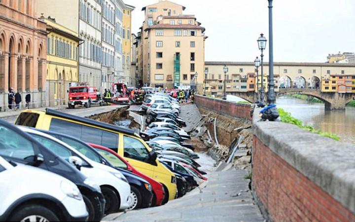hố tử thần nuốt trọn nhiều ô tô