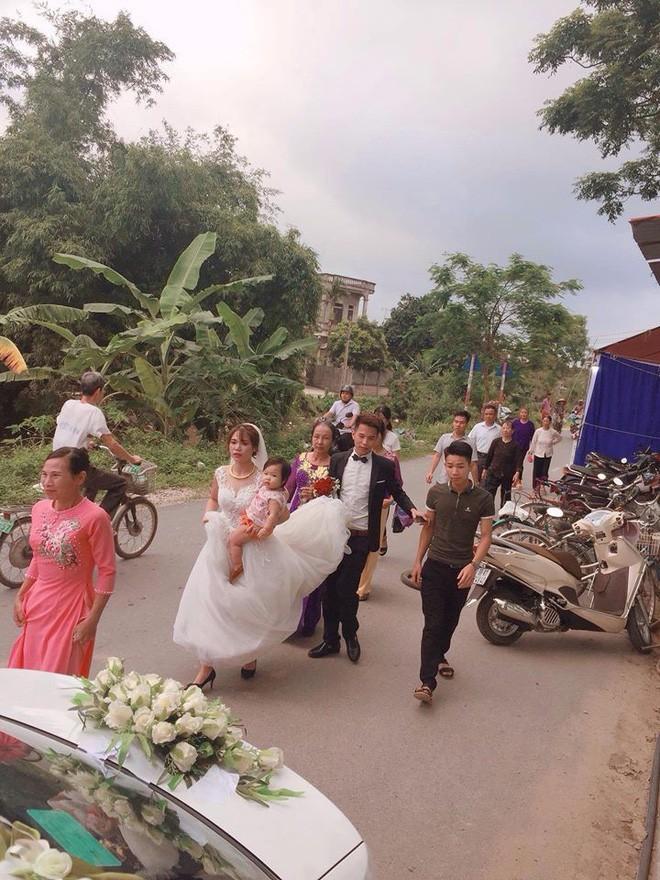 Cô dâu cho con bú trên xe hoa