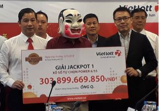 Chủ nhân tấm vé số Vietlott 304 tỉ đồng đã nhận giải, gửi tặng tiền cho hiệp sĩ Sài Gòn