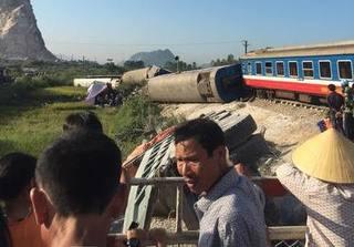 Tai nạn tàu hỏa kinh hoàng khiến 10 người thương vong ở Thanh Hóa: Đang tìm cách đưa thi thể lái tàu ra ngoài