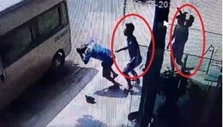 Nghệ An: Hai thanh niên hành hung tài xế già gây phẫn nộ