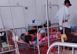 Cặp đôi hồn nhiên ôm hôn nồng nhiệt trên giường mặc kệ nhiều bệnh nhân và bác sĩ