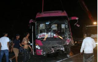 Tránh xe tải lật ngang, xe khách đâm vách núi làm 4 người bị thương, trong đó có 2 em nhỏ
