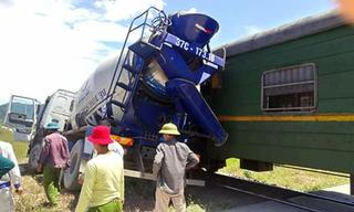 Xe bồn bị tàu tông trúng ở Nghệ An, tài xế bị thương trong cabin