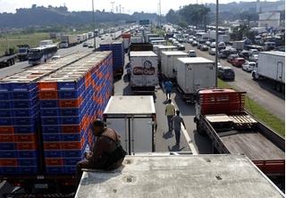 Hàng chục ngàn tài xế xe tải nổi giận, chặn cứng đường cao tốc vì giá xăng tăng