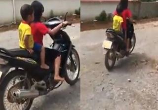 Thót tim xem clip bé gái 10 tuổi ngồi vắt vẻo cầm lái xe máy, chở theo em nhỏ phóng vun vút