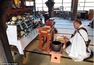 Hàng trăm con chó robot được làm đám tang tại ngôi chùa Nhật Bản