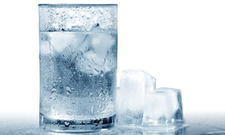 Không ngờ thói quen 'đi nắng về, uống nước lạnh' lại có hại cho sức khoẻ đến vậy