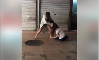 Vợ bị 'bồ' của chồng ghen ngược, đánh tới tấp vợ giữa chợ?