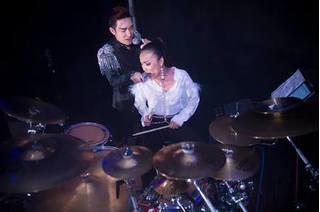 Hồng Ngọc đánh trống cho Quang Hà hát, khán giả phấn khích hò reo