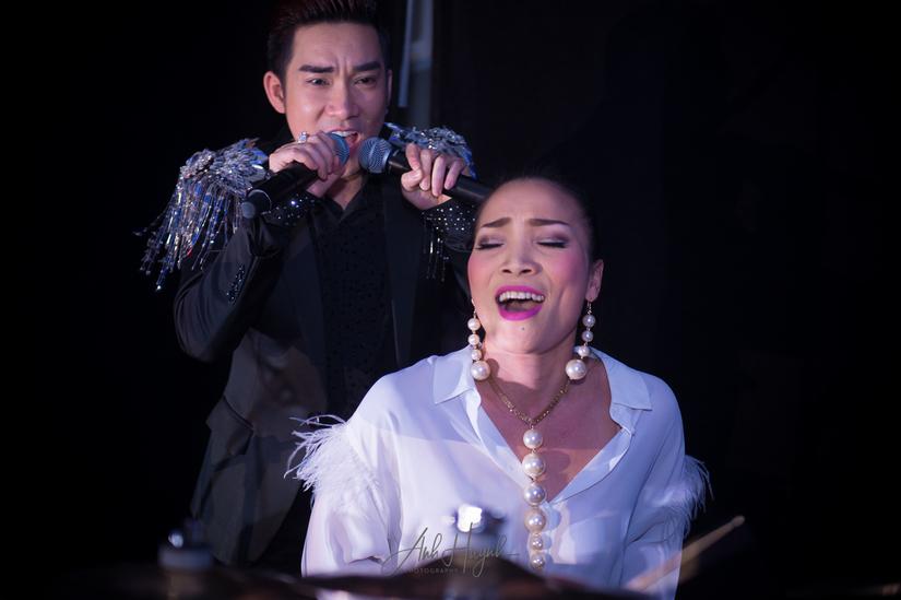 Khán giả phấn kích khi ca sĩ Hồng Ngọc đánh trống cho Quang Hà hát