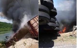 Quảng Trị: Xe đầu kéo chở gỗ dăm lật cháy dữ dội trên đường