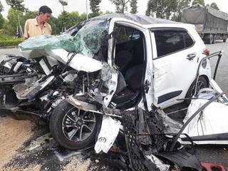 Ô tô vỡ nát khi đối đầu xe container, 3 người kẹt cứng bên trong