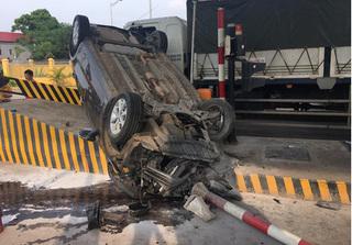 Clip toàn cảnh vụ ô tô con nát bươm sau khi lao vào trạm thu phí ở Phú Thọ