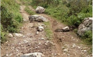 Vào rẫy tìm bò, hai mẹ con cô giáo bị đá rơi trúng đầu tử vong