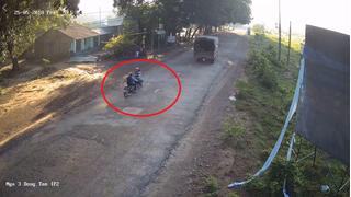 Clip: Thanh niên đi ngược chiều gây tai nạn cho hai bố con rồi vội vàng