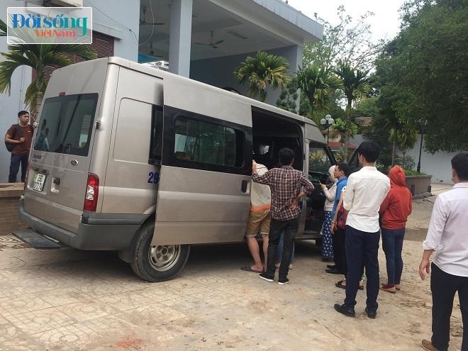 Nhiều bạn bè, người thân của 2 vợ chồng anh Hoàng đến tiễn đưa mẹ con thai phụ về quê