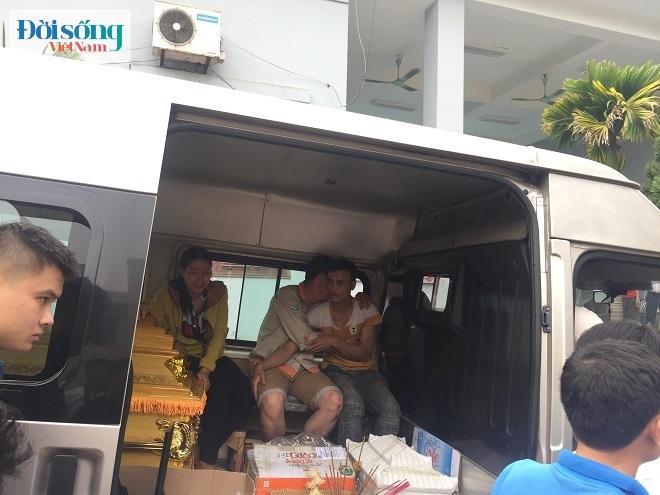 Anh Hoàng gục ngã vào người thân khi đưa thi thể vợ con về quê nhà