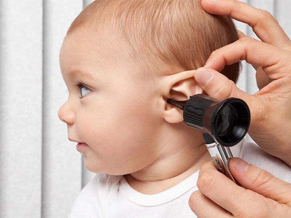Có nên hút mũi lấy ráy tai cho trẻ không 2