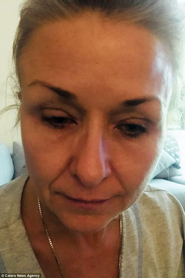 người phụ nữ 25 năm chuốt mascara không tẩy trang