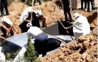 Người đàn ông được chôn trong xe hơi thay vì quan tài
