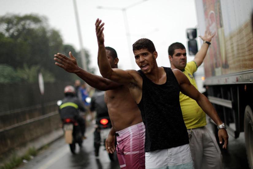 Toàn cảnh biểu tình chống tăng giá xăng của tài xế Brazil khiến Chính Phủ nhượng bộ