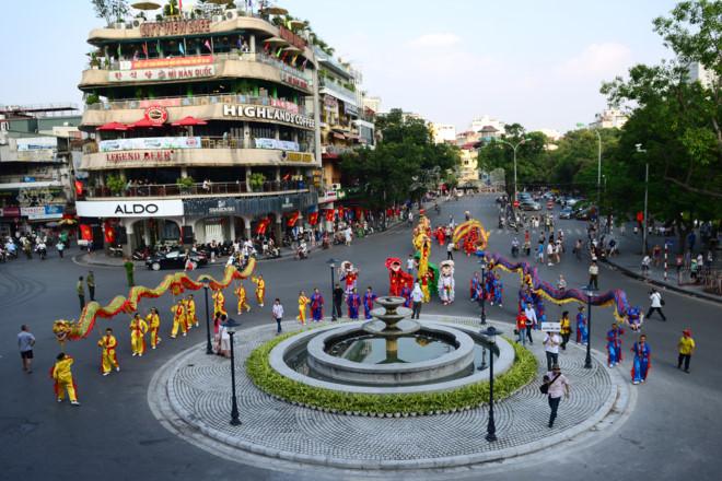 Mua vé xe buýt 2 tầng 300 nghìn, hành khách được ngắm những gì ở Hà Nội