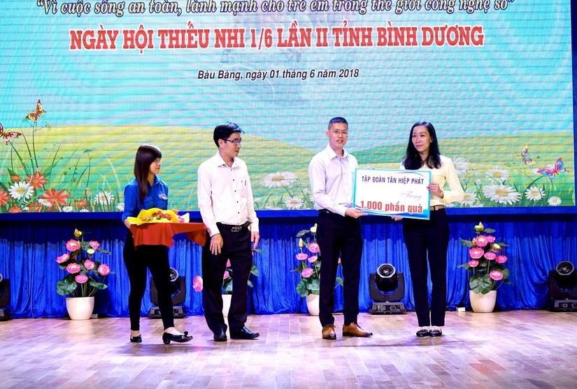 Tân Hiệp Phát tặng hàng nghìn phần quà cho trẻ em