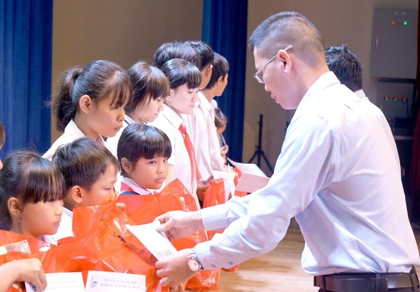 Tân Hiệp Phát tặng hàng nghìn phần quà cho trẻ em4