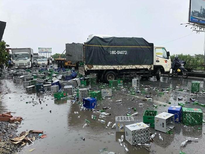 Xe container va chạm với xe tải, hàng nghìn chai bia vỡ tung tóe