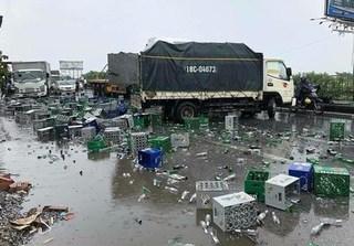 Xe container va chạm với xe tải, hàng nghìn chai bia vỡ tung