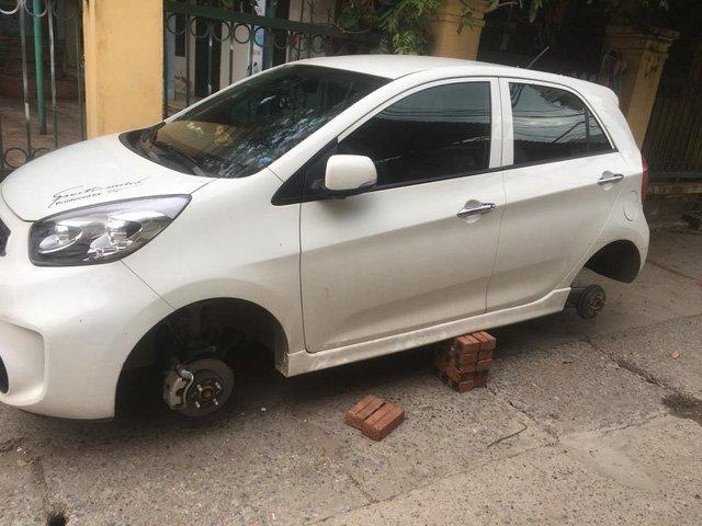 Kia Morning bị trộm tháo cả 4 bánh3