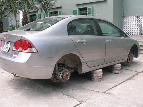 Kia Morning bị trộm tháo cả 4 bánh9