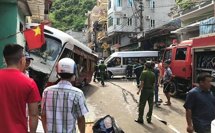Xe khách mất phanh lao dốc ở chợ Cát Bà, 10 người bị thương