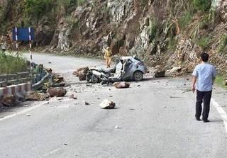 Lai Châu: Đang đỗ ven đường, xế hộp bị đá lăn bẹp dúm, tài xế tử vong