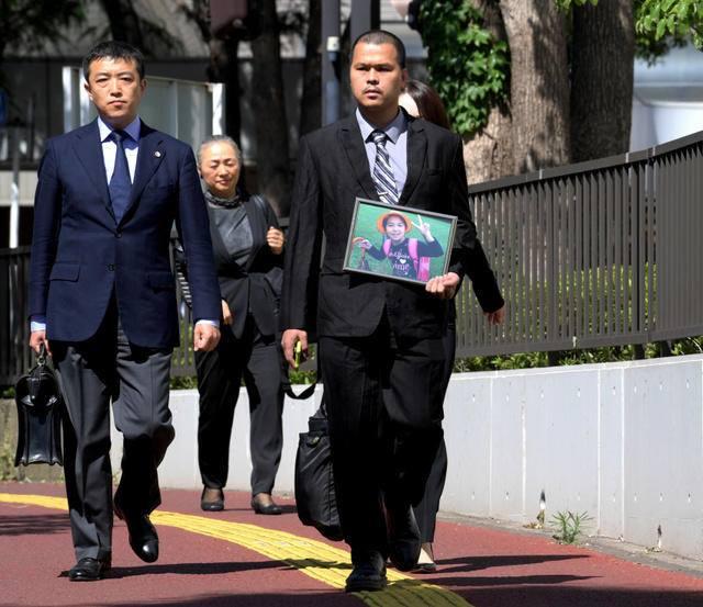 Bố bé Nhật Linh mang theo di ảnh con gái đến phiên tòa