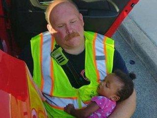 Bức ảnh lính cứu hỏa vỗ về bé gái 4 tháng tuổi sau tai nạn khiến hàng triệu người xúc động