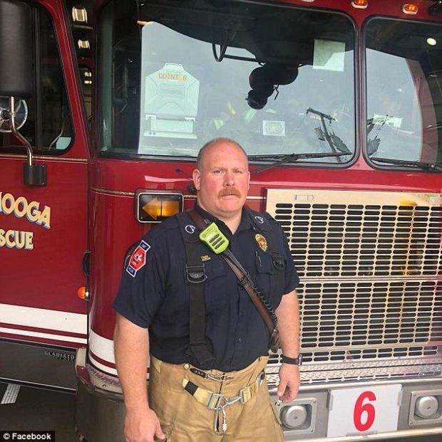 Bức ảnh lính cứu hỏa vỗ về bé gái 4 tháng tuổi
