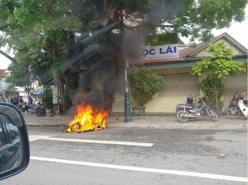 Nghệ An: Điều tra vụ việc nhóm thanh niên truy sát, đốt xe máy giữa ban ngày