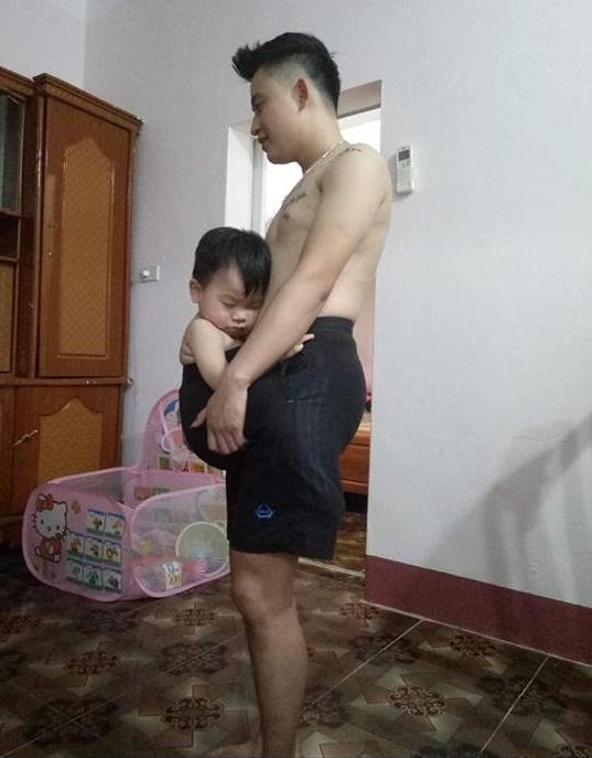 Bé trai 19 tháng ngủ ngoan nhờ chui vào quần bố2