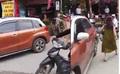 Phẫn nộ nữ tài xế đỗ ô tô chắn ngang đường trước mặt CSGT